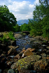 Ashness bridge near Derwent Water (WISEBUYS21) Tags: ashness bridge derwent water lake district cumbria wordsworth beatrix potter contable turner green blue trees grass rocks clouds river steep mountain mountains sunny day wisebuys21 near keswick