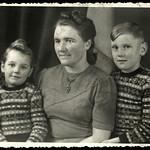 Archiv N855 Mutter mit Tochter und Sohn, 1950er thumbnail