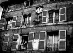 Quand le temps s'arrête.../ When the time stops... (vedebe) Tags: noiretblanc netb bw monochrome humain people rue street ville city urbain fenêtre heures architecture