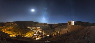 Albarracín bajo la Luna y la Vía Láctea