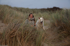 laura en odin (alex.hartsema) Tags: vlissingen walcheren zeeland nederland duinen beach strand zee sea seaside portrait portret canon 5d 5dmkii 24105 is f4l sky lucht pet huisdier animall riet grass people women vrouw woman