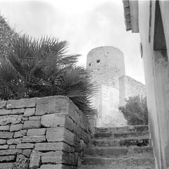 Castillo de Capdepera (ucn) Tags: filmdev:recipe=11610 rolleirpx100 agfastudional film:brand=rollei film:name=rolleirpx100 film:iso=100 developer:brand=agfa developer:name=agfastudional weltaweltax tessar mallorca castle capdepera