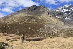 un ami dans le Lötschental (bulbocode909) Tags: valais suisse lötschental montagnes nature automne hommes paysages nuages sentiers bleu vert neige