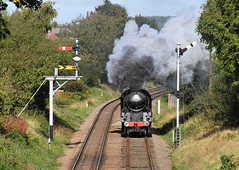Framed By The Signals. (neilh156) Tags: steam steamloco steamengine steamrailway railway 34053 sirkeithpark loughborough greatcentralrailway greatcentralrailwayautumngala2017 pacificloco bulleidpacific battleofbritainclass battleofbritain battleofbritainpacific southernrailway pacific bulleid semaphoresignals