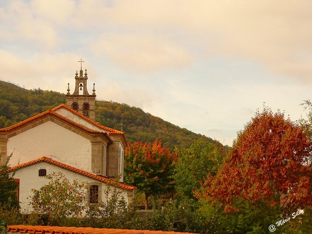 Águas Frias (Chaves) - ... igreja matriz (traseira) em tempo de outono ...