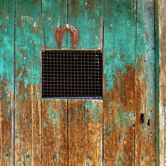 portafortuna (archifra -francesco de vincenzi-) Tags: archifraisernia francescodevincenzi square carré centroantico porta porte portone door puerta grata rurale rustico ruggine olddoor ferrodicavallo portafortuna legno mezzogiornoitaliano mediterraneo méditerranée serratura