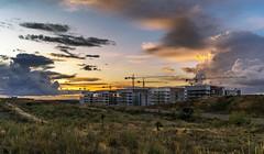 Fin de jornada (JuanCarlossony) Tags: edificio gruas nubes anochecer sony 1855mm slta58 tobecomenight clouds hoist sunset