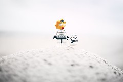 MAGGIENATOR (christian mu) Tags: sony sonya7ii 35mm 3514 distagon3514 christianmu swinemünde poland beach balticsea lego legominifiguren legominifigures toys minifigures starwars legostarwars thesimpsons maggie maggiesimpson stormtrooper dof depthoffield bokeh sand bricks zeiss kriegdersterne świnoujście funny joke
