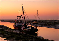 Warm tones of an Autumn morning (Harleycy3) Tags: leighonsea sunrise pink reds