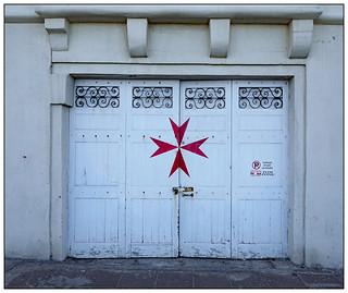 How do you make a Maltese cross?