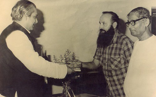 বঙ্গবন্ধু ও কবি জসিম উদ্দিনের সঙ্গে ফাদার মারিনো রিগন