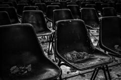 O_tutti_o_nessuno (Danilo Mazzanti) Tags: danilo danilomazzanti mazzanti wwwdanilomazzantiit fotografia foto fotografo photos photography sedie abbandono silenzio biancoenero blackandwhite drammatico spettatori