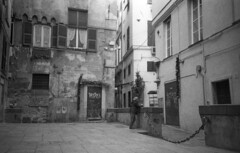 Genova (Valt3r Rav3ra - DEVOted!) Tags: lomo lomography lomolca lca streetphotography street sovietcamera russiancamera analogico analogica analog analogue film 35mm ilford ilfordhp5 bw biancoenero blackandwhite valt3r valterravera visioniurbane urbanvisions genova italy