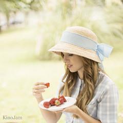 ¿quien ha dicho que comer con las manos no es elegante? (kinojam) Tags: fresa strawverry portrait belleza beauty comida food picnic sombrero hat elegancia ellegance kino kinojam canon canon6d