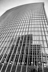 20 Fenchurch Street #4 (edelweisskoenig) Tags: britain england fuji fujifilm fujinon reisen uk travel london cityoflondon 20fenchurchstreet thewalkietalkie walkietalkie building skyscraper hochhaus architecture architektur architettura 23mm 23mmf2 xf23mmf2rwr xf23mmf2r xf23 xf23mmf2 xpro1 fujifilmxpro1 monochrome monochrom blackandwhite blackwhite bnw bw schwarzweiss sw noireblanc biancoenero neroebianco lines linien reflection reflections reflektion spiegelung spiegelungen spiegelnd ruby3 travelphotography reise reisefotografie fernweh
