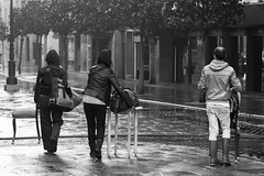 Con la casa a cuestas. (Jose_Pérez) Tags: street streetphoto urban blancoynegro blackandwhite bynbw silla mesa calle callejeando oviedo asturias