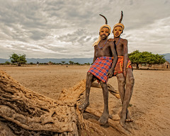 The Arbore Friends (Omo Valley, Ethiopia 2014) (Alex Stoen) Tags: 1dx africa african alexstoen alexstoenphotography arbore canon canoneos1dx creativelighting culture ef1635f28liiusm ethiopia geotagged natgeo nationalgeographicexpeditions omovalley paintedface pocketwizard portrait tradition travel tribes vacation offshoeflash