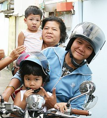 crowded motorcycle (the foreign photographer - ฝรั่งถ่) Tags: crowded motorcycle four people two children adults khlong thanon portraits bangkhen bangkok thailand canon