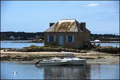 Le pied c'est aussi de trouver un endroit cool,à l'abris des regards,pour faire ripaille entre amis........!!! (De l'autre côté du mirOir...) Tags: îledesaintcado maisonnichtarger liledelarivièredetel morbihan 56 bateau eau mer nikon nikkor d810 nikond810 bleu bretagne bzh breizh brittany fr france french ciel voletsbleu