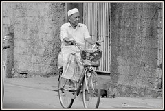 DSC_0526-001 (scoubidou13) Tags: cyclo asia asie ceylan blackandwhite noiretblanc srilanka srilankan rue sreet streetlive