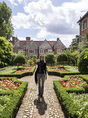 Mariëlle, Oxfordshire 2017: Backlight brunette (mdiepraam (25m)) Tags: oxfordshire 2017 greyscourt nationaltrust marielle portrait pretty gorgeous attractive mature fiftysomething brunette woman lady milf elegant classy necklace garden denim jeans sky clouds backlight