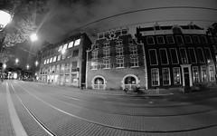Here comes the tram. Paralelas Elípticas (André Felipe Carvalho) Tags: amsterdam preto bran branco noite noturna street streetphotography
