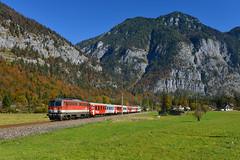1142 707, Obertraun Koppenbrüllerhöhle by Manuel Schmid - 1142 707 war an diesem Tag mit REX Zügen im Salzkammergut unterwegs. Eben hat der Zug Obertraun Koppenbrüllerhöhle Bahnhof verlassen.