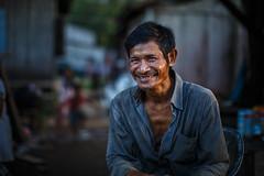 En attendant le bateau (The French Travel Photographer) Tags: ©sébmar flickrcomsebmar portrait 7portrait kratie cambodge expressions instasebas sourir vieilhomme oneportraitaday etapedelavie personne