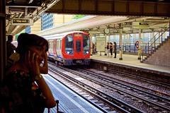 (Andy Burton Oz) Tags: nikond7200 flickrexport kensingtonhighstreet electrictrain uk england unitedkingdom undergroundstation andyburton londonunderground royalboroughofkensingtonandchelsea andyburtonoz train burtonandy 2017 aperture36 tubestation afsdxzoomnikkor1855mmf3556gedii londonstreets