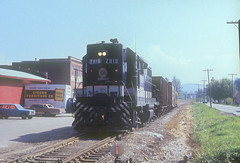 Southern GP38 2818 (Chuck Zeiler) Tags: sr sou southernrailway gp39 2818 railroad emd locomotive giballbach waynesville train chz