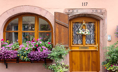 Vacances_0214 (Joanbrebo) Tags: ribeauville grandest francia fr alsace cityscape canoneos80d efs1855mmf3556isstm autofocus eosd porta puerta door ventana finestra window flors
