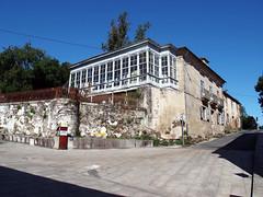 Fachada con cristaleras /Facade with glass windows (Rafa Gallegos) Tags: galicia sarria lugo españa spain peregrinos pilgrims santiago antiguo old casa house caminodesantiago santiagosroad