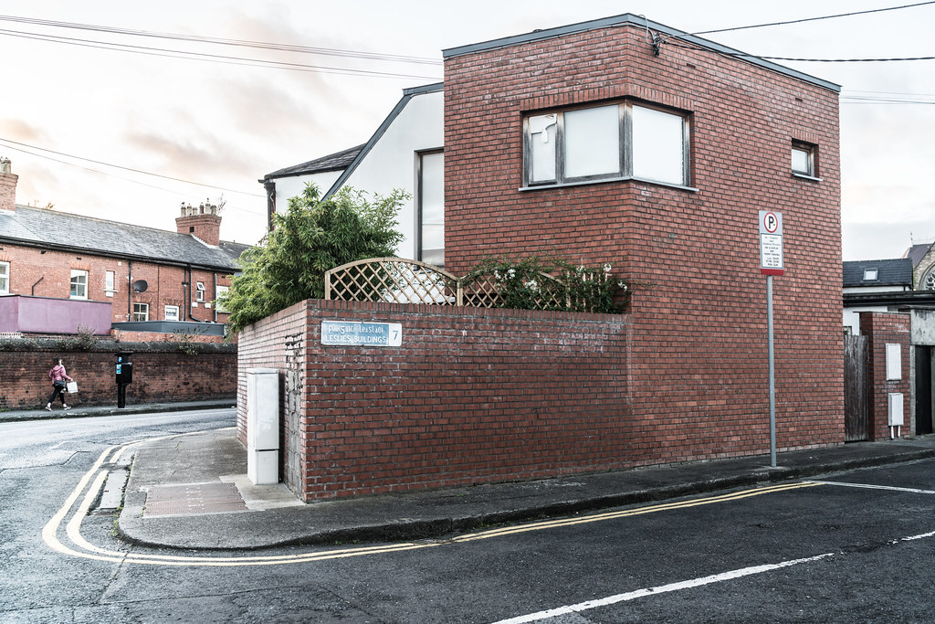 END HOUSE LESLIES BUILDINGS OR AVONDALE ROAD [IS THIS ACTUALLY OCCUPIED OR IS IT REALLY AN EXTENSION]-133194