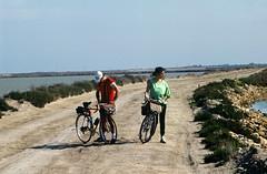 Une virée à Beauduc (maxguitare1) Tags: cyclotourisme cycling ciclismo velo bici bike bicicleta bicyclette randonneur mochilero backpacker digue dike diga presa estanque stagno pond étang camargue