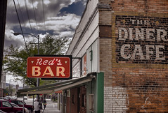 Meet me at Red's (Pete Zarria) Tags: purple montana bar saloon tavern drink alcohol whiskey beer neon sign ghost small city diner sky street