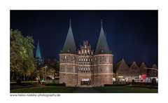 Sternenhimmel über dem Holstentor / starry sky over the holstentor (H. Roebke (offline for a while)) Tags: canon1635mmf28lisiii de canon5dmkiv nightshot cityview germany lübeck 2017 architektur farbe langzeitbelichtung stars sterne holstentor architecture color stadtansicht longtimeexposure lightroom nachtaufnahme