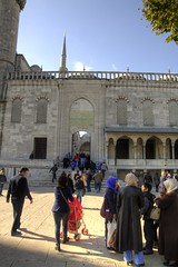 Entering the mosque (Tony Shertila) Tags: 20151031121730 geo:lat=4100545553 geo:lon=2897666573 sultanahmet tur turkey geotagged outdoor europe istanbul crowd people road museum entrance building architecture mosque minerett religion