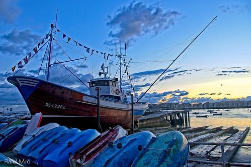 Baixell en reparacions al port d'Hondarribia