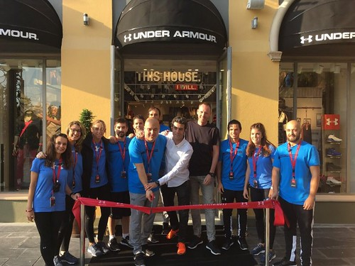 100mm rood openingslint met wit bedrukt opening  Under Armour store in Las Rozas Village Madrid