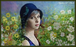 Modella con cappellino blu tra i fiori