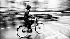 Texting (André Felipe Carvalho) Tags: bicicleta bycicle amsterdam holanda cellphone celular blackwhite preto branco