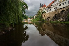 Reflective mood (Jumpin'Jack) Tags: calm autumn morning old medieval town český krumlov czech republic church cathedral svetehovita stvitus cute painted houses buildings steep green banks river vltava stone wall reflection park trees heavy rain clouds architecture perspective ultrawide lens sigma 816mm