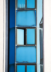 clean_facade II (Lunor 61 (Irene Eberwein)) Tags: minimalurban minimalismus minimalistisch minimalistic minimalist minimallove minimalperfection architectureminimal cleanfacade creativearchitecture fassade linien lines symmetry symmetrie graphic graphism simplicity urbanity textures archdesigne blue blau pentax france nizza ireneeberwein