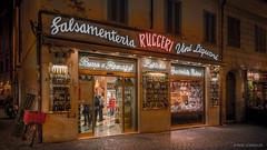 Formaggio, Pasta e Proscuitto (reneschaedler) Tags: vine vino opendoor window night piazza via oldtown city alimentari negozio schaedler rene store pasta formaggio proscuitto italia italien roma rom rome italy beautiful wow