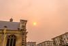 Soleil apocalyptique devant le portail de Notre-Dame