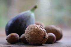 Variations gourmandes autour d'une figue (2) (martine_ferron) Tags: figue noix noisettes automne naturemorte