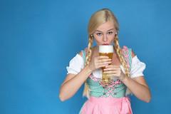 Weißbier trinken (FotoDB.de) Tags: bier dirndel dirndl frau masskrug mas oktoberfest weisbier wiesen wiesn