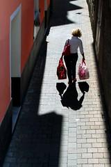 Il peso della fame (meghimeg) Tags: 2017 armaditaggia donna woman borse bags cibo food vicolo ombra shadow sole sun alley
