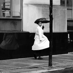 Umbrella (Something Sighted) Tags: streetphotography scènederue philadelphia pennsylvania philadelphie blackandwhite noiretblanc rain lapluie parapluie umbrella square