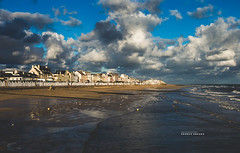 Luc-sur-Mer (Benoît C.Photographie) Tags: benoîtcphotographie 6d canon eos benoitcollet 18 bassenormandie normandie france french furansu normandy tamron 45mm vc sp tamronsp45mm 18tamron benoît photographe photo photographie collet orange lucsurmer jetée la des pêcheurs benoîtcollet plage mer océan lamanche couleur vibrante cabine lajetéedespêcheurs hérouvillestclair caen littoral httpwwwbenoitcolletnet